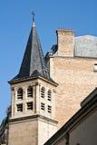 Franse kerk met klassieke gebouwen Stock Foto