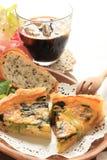Franse keukenquiche met brood op houten plaat royalty-vrije stock foto