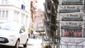 Franse Le Monde-krant over de top Singapore van Troefkim stock footage