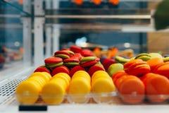 Franse macarons voor verkoop koekjes in de winkel, op storefront royalty-vrije stock foto