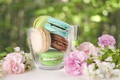 Franse makarons in kop Turkoois, chocolade en groene makaron Stock Foto's