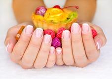 Franse manicure op de spijkers van de vrouw Royalty-vrije Stock Afbeeldingen