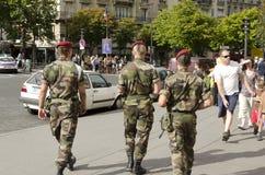 Franse militairen in Parijs tegen het risico van terroristische aanslag Royalty-vrije Stock Foto's