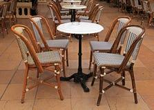 Franse openluchtkoffie met kleine rondetafels en stoelen Stock Afbeeldingen