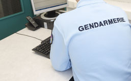 Franse politieagent bij de computer Royalty-vrije Stock Foto's