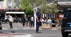 Franse Politieagent in Eenvormig Controlerend Verkeer in het Stadscentrum van Cannes stock video