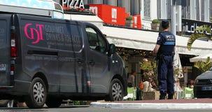 Franse Politieagent in Eenvormig Controlerend Verkeer in het Stadscentrum van Cannes stock videobeelden