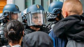 Franse relpolitie in een protest in Parijs voor zonder papiersmigranten royalty-vrije stock afbeeldingen