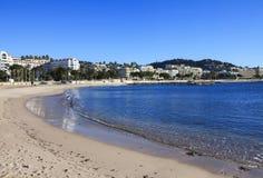 Franse Riviera in de winter, eenzaam strand Cannes, Frankrijk Stock Afbeelding