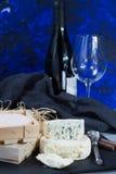 Franse rode wijn en zachte kazen op zwarte steenschotel royalty-vrije stock afbeelding