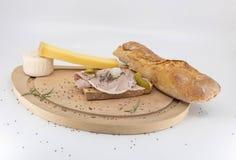 Franse snacks: baguette, boerderijkaas en delicatessenwinkelsandwich stock foto's