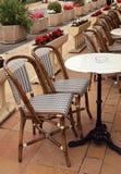 Franse stoepkoffie met kleine rondetafels en rieten stoelen Royalty-vrije Stock Foto