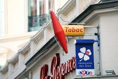 Franse Tabakswinkel en LOTO-Tekens in Frankrijk royalty-vrije stock fotografie