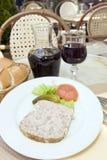 Franse terrine van de voedselpastei van konijn met rode wijn in koffie photogr stock afbeeldingen
