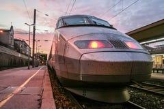 Franse TGV Reseau van de Hoge snelheidstrein klaar voor vertrek op het stationplatform van Toulon TGV is één van de belangrijkste stock afbeelding