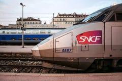 Franse TGV Reseau van de Hoge snelheidstrein klaar voor vertrek op het stationplatform van Toulon TGV is één van de belangrijkste stock foto