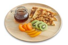 Franse toost en vers fruit met honing op houten plaat voor ontbijt Stock Afbeeldingen