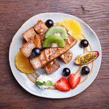Franse toost en vers fruit met karamelsaus Royalty-vrije Stock Foto's