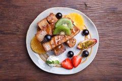 Franse toost en vers fruit met karamelsaus Stock Afbeeldingen