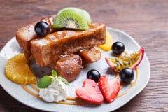 Franse toost en vers fruit met karamelsaus Royalty-vrije Stock Afbeeldingen