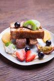 Franse toost en vers fruit met karamelsaus Stock Afbeelding