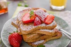 Franse Toost met Aardbeien stock foto