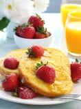 Franse Toost met Aardbeien stock foto's
