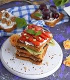 Franse toosts met aardbeien en kiwi Stock Afbeelding