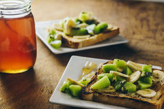 Franse toosts met kiwi, banaan en honing Stock Afbeeldingen