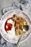 Franse toosts met yoghurt en bessenjam Hoogste mening Stock Foto's