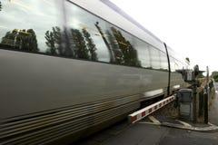 Franse trein die door onbemande vlakke kruising, chenonceau, de Loire vallei, Frankrijk overgaat Royalty-vrije Stock Foto's
