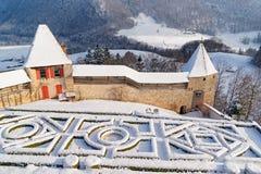 Franse tuin achter het kasteel van Gruyeres op een mooie winte Stock Afbeelding