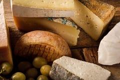 Franse types van kaas met druiven Stock Afbeelding