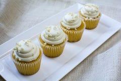 Franse vanille vier cupcakes op witte vierkante plaat Royalty-vrije Stock Foto's