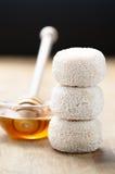 Franse verse geitkaas en honing stock afbeelding