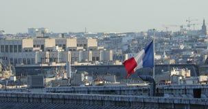 Franse vlag op de daken van Parijs stock videobeelden