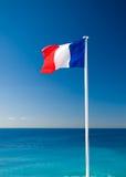 Franse vlag op overzees en blauwe hemelachtergrond Stock Afbeeldingen