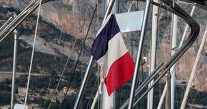 Franse Vlag of Tricolor die van de Achtersteven van een Boot vliegen stock footage