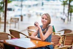 Franse vrouw die rode wijn drinken Stock Afbeelding