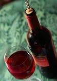 Franse wijn op bedsheet Stock Afbeeldingen