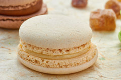 Franse witte macaron op ver*pakken-papier Stock Foto
