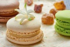 Franse witte macaron op ver*pakken-papier Stock Foto's