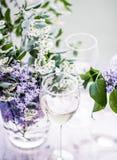 Franse witte wijn - wijnmakerij, boete het dineren en vieringsconcept stock fotografie
