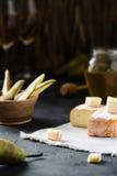 Franse zachte kaas van het gebied van Bretagne en gesneden Brie met peer, honing en glazen witte wijn Stock Afbeelding