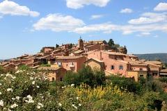 Fransk by av Roussillon på bergstoppet Arkivbilder