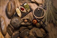 Fransk bagett, körsbärsröd sås, banan, kiwi, ägg, vetekli royaltyfri fotografi