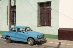Fransk bil i gataför à Trinidad Arkivbilder