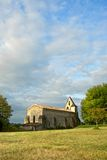 Fransk bykyrka Dieulivol i fridsamt lantligt kommungironde område av aquitanen i Europa Aug-22-12 Arkivbild