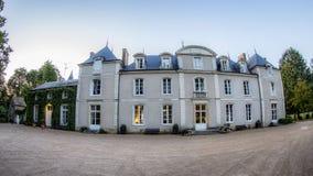 Fransk Chateau under blå himmel i Frankrike arkivbild