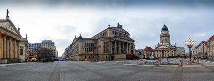 Fransk domkyrka och konserthall på den Gendarmenmarkt fyrkanten Arkivfoto